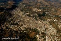 veduta aerea del centro storico: notare a sx e dx in alto i due grandi viadotti gurrieri e costanzo  - Modica (3510 clic)