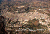 veduta aerea del centro urbano di modica da 4.000 piedi:in alto al centro il ponte costanzo a sinistra il ponte gurrieri  - Modica (8865 clic)