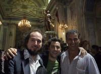 vinicio capossela, il regista mauro zanetti e uno dei portatori del gioia di scicli  - Scicli (8372 clic)