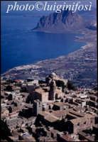 panorama aereo della citta' col monte cofano sullo sfondo  - Erice (3870 clic)