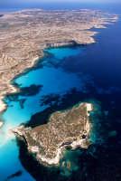 la spiaggia di isola dei conigli e la costa di lampedusa in una vista aerea  - Lampedusa (6006 clic)