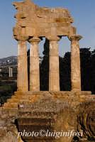 valle dei templi, resti del tempio dei dioscuri  - Agrigento (2129 clic)