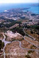 il parco archeologico, la città e, in fondo,  Ortigia  - Siracusa (3909 clic)