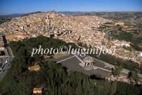 ... veduta aerea della villa e del centro storico di Caltagirone  - Caltagirone (4899 clic)