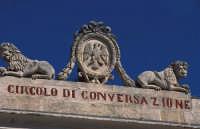 circolo di conversazione a Ragusa Ibla - particolare del frontone  - Ragusa (2219 clic)