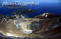 il cratere e sullo sfondo lipari  - Vulcano (5850 clic)