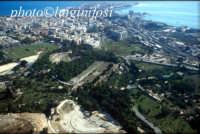 il parco archeologico, la città e, in fondo, Ortigia  - Siracusa (6127 clic)