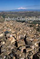 veduta aerea del centro storico con l'etna sullo sfondo  - Caltagirone (4022 clic)