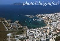 il porto e la città; in fondo l'isola di Levanzo  - Favignana (5414 clic)