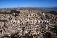 veduta aerea della città con lo sfondo dell'etna  - Caltagirone (4004 clic)