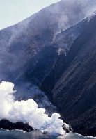il vulcano stromboli nell'eruzione dell'1 aprile 2007, visto dall'alto e dal mare  - Stromboli (5823 clic)
