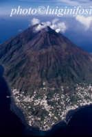 il vulcano stromboli l'1 aprile 2007, visto dall'alto e dal mare  - Stromboli (6574 clic)