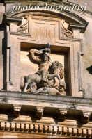 particolare del frontone della Chiesa di San Giacomo a Ragusa Ibla  - Ragusa (1621 clic)