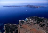 l'isola di levanzo, in primo piano e favignana, sullo sfondo, in una veduta aerea  - Levanzo (5008 clic)