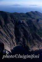la costa sud dell'isola di marettimo, in una veduta aerea: sullo sfondo levanzo e favignana  - Marettimo (3946 clic)