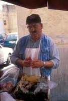 pescivendolo nel centro di Palermo  - Palermo (7385 clic)