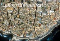 veduta aerea di Ortigia, in evidenza sulla destra Via Maestranza  - Siracusa (4199 clic)