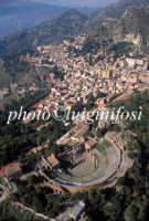 veduta aerea del teatro greco romano e della città  - Taormina (6195 clic)