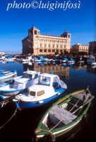 palazzo delle poste e barche presso il ponte Umbertino  - Siracusa (1290 clic)
