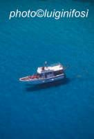una barca galleggia nel blu di lampedusa  - Lampedusa (4681 clic)