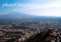 veduta aerea della città col castello in primo piano e l'Etna sullo sfondo  - Paternò (5396 clic)