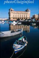 palazzo delle poste e barche nel porto piccolo ad Ortigia  - Siracusa (2195 clic)