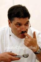 nino graziano, chef del ristorante mulinazzo di palermo, assaggia un suo piatto  - Ragusa (9243 clic)