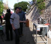 Forgiatura con L'ass. Fabbri d'Arte a Rocca di Capri Leone 18-12-2004  - San fratello (5297 clic)