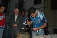 Mostra mercato sulla coltelleria a Frosolone (Is), Agosto 2006; esibizione di forgiatura in piazza con la supevisione dell'anziano ed esperto maestro forgiatore Fraraccio  - San fratello (4014 clic)