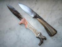 Due coltelli artigianali: in alto un lamafissa forgiato Brut de Forge e il manico ricavato da una punta di corno bovino; in basso un coltello a serramanico a forma di stivale, lama in damasco forgiato e manico in damasco, rame e corno di capriolo    - San fratello (10967 clic)