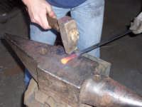 Forgiatura a mano della parte metallica del manico di un coltello artigianale tipico Sanfratellano   - San fratello (5535 clic)