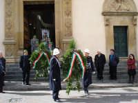 4 Novembre 2007 - Foto 06. All'uscita dalla chiesa di San Sebastiano, dopo la S. Messa.  Le corone d'alloro.  - Mistretta (3159 clic)
