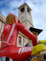 Carro del carnevale 2008 sotto il campanile della Chiesa Madre  - Acquedolci (5484 clic)