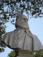 Villa comunale Garibaldi Busto di Garibaldi (scolpito da Noe' Marullo) alla villa comunale Garibaldi, all'ombra di una quercia centenaria.  - Mistretta (7252 clic)