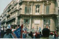 Manifestazione sindacale degli operai forestali del 4 maggio 2005. Foto 1 - Il corteo passa davanti