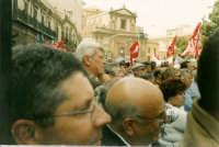 Manifestazione sindacale degli operai forestali del 4 maggio 2005. Foto 7 - Ascolto del comizio dei