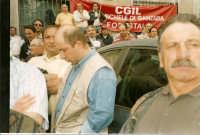 Manifestazione sindacale degli operai forestali del 4 maggio 2005. Foto 8 - Ascolto del comizio dava