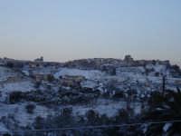 Neve a Mineo (CT) 7 Marzo 2006. Il centro abitato è fotografato da Via Madonna del Piliere. Una tardiva nevicata imbianca il paese con accumuli nevosi di 5 cm.  - Mineo (7036 clic)