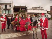 Cavalgiocando- Natale 2007 a Caccamo: I Cavalieri con il Progetto  un Calessino, un cavallino Per tutti, una carezza lunga un giorno (Cavalgiocando); I Volontari dell'Associazione in abito di Babbo Natale e con bambini diversamente abili.  - Caccamo (3577 clic)