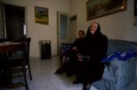 anziane donne pregano in attesa della processione del Venerdì santo  - San fratello (7212 clic)