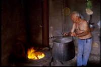produzione artigianale di ricotta e pepato: si porta il siero alla giusta temperatura  - Mineo (4318 clic)