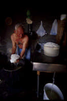 produzione artigianale di ricotta e pepato: con le mani si tira sù la tuma fresca  - Mineo (3562 clic)