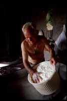produzione artigianale di ricotta e pepato:  si fa colare il siero residuo e si aggiunge il pepe nero.  - Mineo (6422 clic)