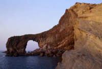 frazione di pollara: arco di roccia  - Salina (7006 clic)
