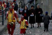 venerd' santo : per le strade le donne a lutto, gli uomini si immedesimano nella parte con i figli maschi  - San fratello (8443 clic)