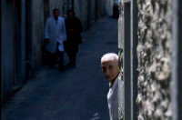 nei vicoli del centro, anziano macellaio  - Gangi (5160 clic)