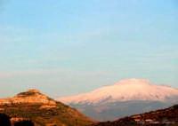Agira, L'Etna dietro il monte Teja e una collina.   - Agira (3603 clic)