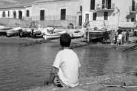 Pescatori che vendono il loro pescato  - Scoglitti (5345 clic)