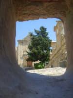 Da un foro per il passaggio dell'acqua (oggi non più utilizzato) la Granfonte e la chiesa del Carmelo  - Leonforte (2381 clic)