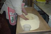 Processo di panificazione nelle zone rurali del Val di Noto. La farina e l'acqua vengono impastate nella maidda  - Granieri (5956 clic)